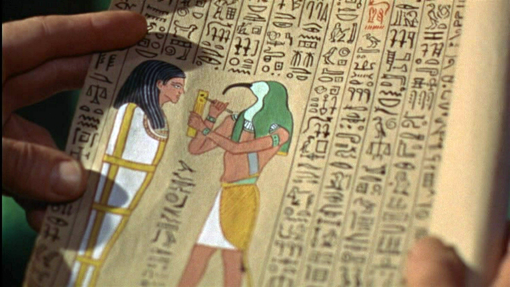 Le professeur lit le papyrus